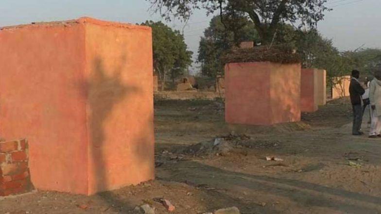 केसरिया रंग में रंगे शौचालय को मंदिर ...