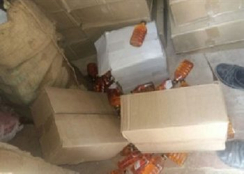सेब की पेटियों के नीचे छुपा कर लाई गई अवैध शराब