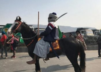 tractor-rally-route-on-republic-day-2021-news-nihang-sadhu-attempts-to-attack-the-policeman