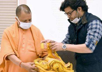 cm-yogi-adityanath-of-uttar-pradesh-offered-khadi-silk-garments-to-ramlala