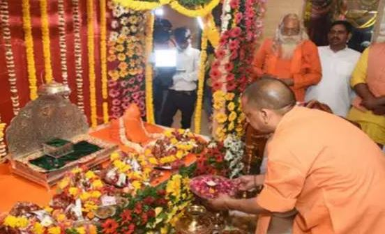 cm-yogi-adityanath-of-uttar-pradesh-offered-khadi-silk-garments-to-ramlala
