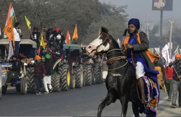 nihang-attacked-the-bike-riding-young-man-with-a-sword-he-will-be-shocked