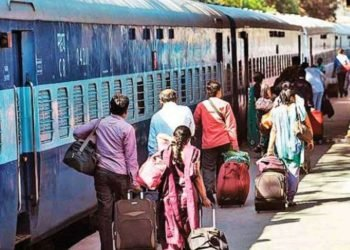 coronavirus-in-delhi-rising-cases-creates-fear-in-people-exodus-from-capital-to-home-states-started-large-number-of-people-seen-at-railway-station